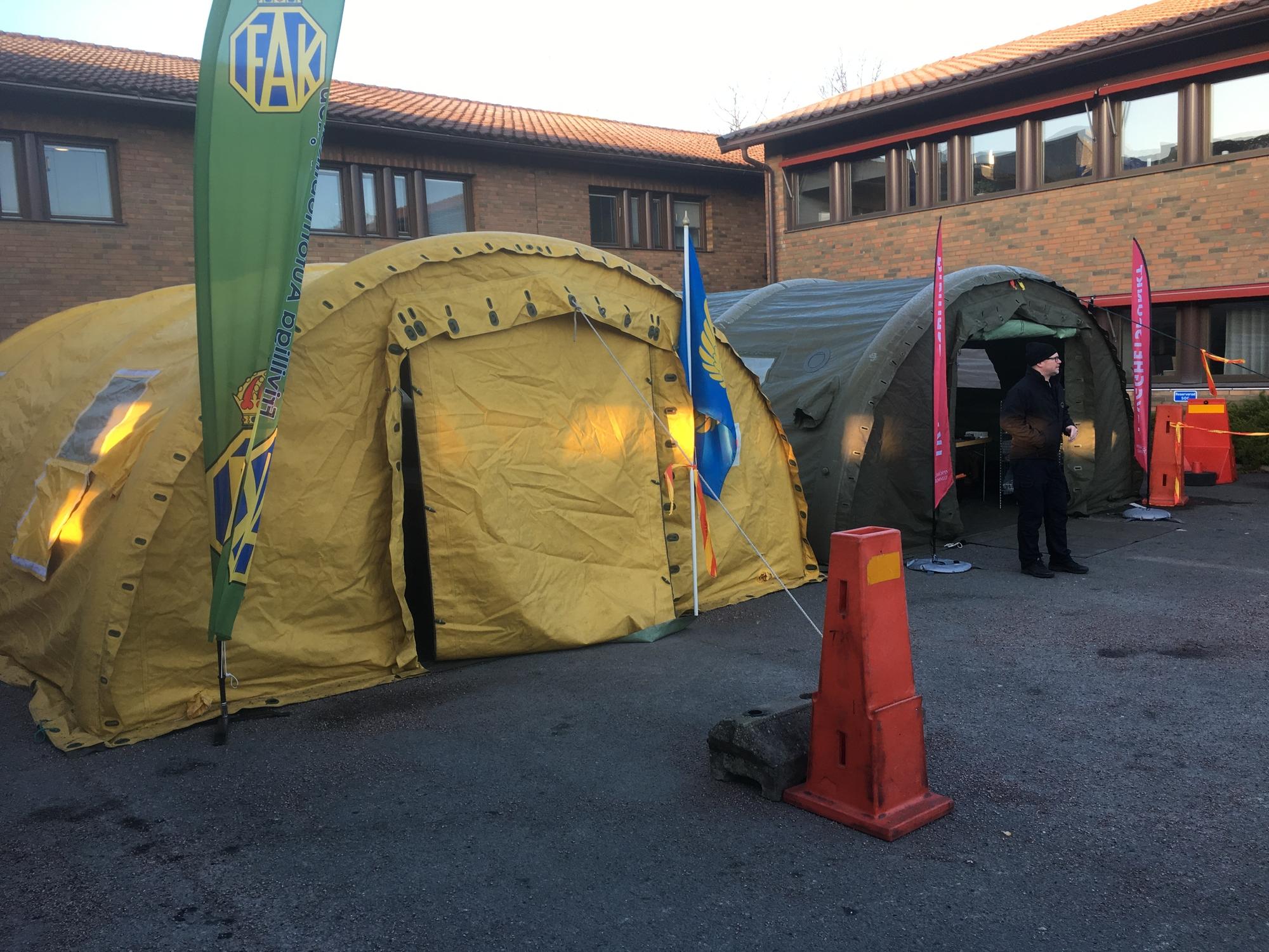 FAK F standby att resa tält för provtagning vid